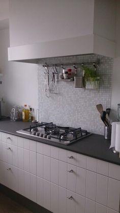 Landelijke keuken wit, met zelf gemaakte schouw. Mozaiek tegeltjes als achterwand. Ik ben er zo blij mee. De mozaïekjes komen ook terug in de vensterbank.