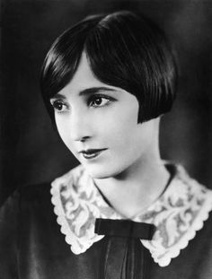 circa Bessie Love - the Hollywood actress and MGM player who appeared in 'Tongues of Flame'. (Photo by General Photographic Agency) Actresses Bessie Love Retro Bob, Silent Film Stars, Movie Stars, Classic Actresses, Hollywood Actresses, Belle Epoque, Classic Hollywood, Old Hollywood, 3 4 Face