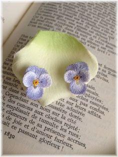 とっても細いレース糸で編んだお花を、ピアスに仕立てました。着けると耳元にちょこんとお花が咲いたようで、とても可愛らしいです。 <サイズ> 約縦1....|ハンドメイド、手作り、手仕事品の通販・販売・購入ならCreema。