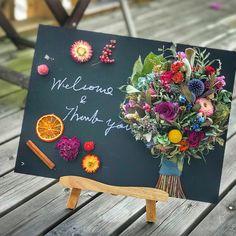 黒板ウェルカムボード ドライフラワー Dried Flowers, Paper Flowers, Welcome Boards, Handicraft, Flower Arrangements, Rainbow, Table Decorations, Creative, Crafts