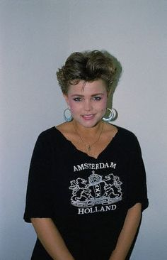 A young Belinda Carlisle. Grown Out Pixie, Belinda Carlisle, Taylor Dayne, Magazine Images, 80s Outfit, Summer Rain, Girls Rules, American Singers, Style Icons