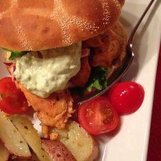 Stekt kyllingbryst i brød med avocadodressing Turkey, Chicken, Dinner, Ethnic Recipes, Dining, Turkey Country, Food Dinners, Cubs, Dinners
