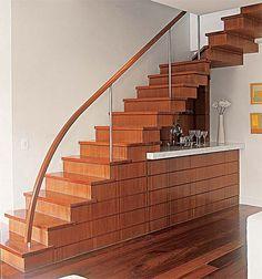 O que fazer com o espaço embaixo da escada? - Casa http://casa.abril.com.br/materia/o-que-fazer-com-o-espaco-embaixo-da-escada#4
