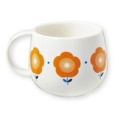 <p>Ravissant mug en porcelaine blanche avec une sérigraphie de grandes fleurs orangées japonisantes, forme de mug originale pour boire un bon café ou un thé selon ses envies, design Mr&Mrs Clynk. A coordonner avec les pots de cuisine, les saladiers et la théière.</p> <p><em><br /></em></p> <p><em><br /></em></p> <p><em><br /></em></p>