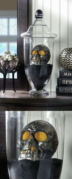 This DIY Halloween skull display takes only a few minutes to put together - it's the perfect last-minute holiday decor idea! (Decoracion Halloween)