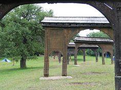 Prin porțile secuiești se poate ajunge la mormântul lui Balázs Orbán din Băile Seiche de la Odorheiu Secuiesc. Gazebo, Outdoor Structures, Kiosk, Cabana