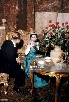Official Visit Of The Queen Elizabeth Ii To France. La reine d'Angleterre à Paris. La troisième journée se conclut par une réception au musée du Louvre, où 3 000 invités sont conviés. Entre le dîner et la réception, la reine ELIZABETH II et son mari le prince PHILIP ont trouvé un coin tranquille pour bavarder en amoureux. Le paravent les abrite des regards indiscrets.