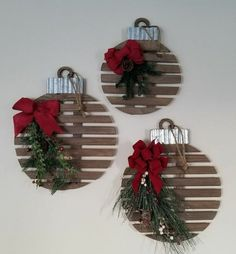 55 Cheap DIY Outdoor Christmas Decor Ideas to Complete Your Home Decoration Rustic Christmas Ornaments, Diy Christmas Decorations Easy, Simple Christmas, Christmas Diy, Christmas Wreaths, Ornaments Ideas, Outdoor Decorations, Xmas, Beautiful Christmas
