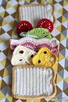 Maillalenvers: Dînette #6 : Sandwich Crochet Toddler, Crochet Diy, Crochet Amigurumi, Crochet Food, Crochet Hats, Food Patterns, Crochet Stitches, Sandwiches, Crochet Earrings