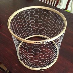 DIY Farmhouse Lamp Shade, made of chicken wire and embroidery hoops. Diy Luz, Luminaria Diy, Chicken Wire Crafts, Diy Luminaire, Embroidery Hoop Crafts, Creative Embroidery, Embroidery Art, Diy Embroidery Hoop Light, Diy Embroidery Hoop Chandelier