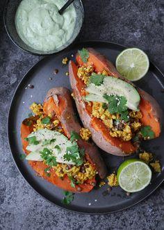 Syötävän hyvä: TOFUKOKKELILLA JA AVOKADOLLA TÄYTETYT UUNIBATAATIT (V)