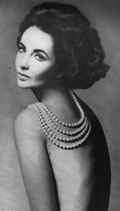 Elizabeth Taylor photographed by Richard Avedon for Harper's Bazaar, Nice boudoir pose with pearls etc Glamour Vintage, Vintage Beauty, Vintage Hair, Timeless Beauty, Classic Beauty, True Beauty, Hollywood Glamour, Old Hollywood, Classic Hollywood