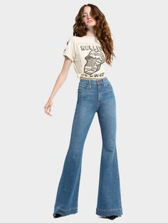 Discover the Beautiful High Rise Bell Jean from Alice + Olivia. Welcome the new season in our Fall 2018 Collection! 70s Outfits, Hippie Outfits, Mode Outfits, Vintage Outfits, Casual Outfits, Fashion Outfits, 70s Inspired Fashion, 70s Fashion, Hippie Fashion
