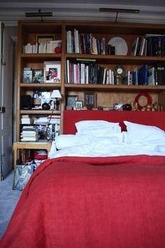 The Socialite Family | Linge de lit rouge chez Patrick Frey. #portrait #meet #rencontre #pierrefrey #paris #bedroom #chambre #bedlinen #lingedelit #rouge #red #books #livres #bookcase #bibliothèque #déco #design #style #intérieur #thesocialitefamily