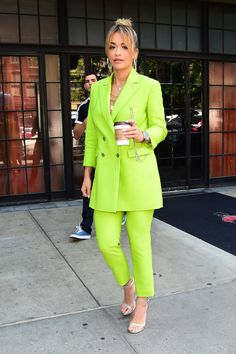 Afbeeldingsresultaat voor rita ora green suit Neon Outfits, Classy Outfits, Verde Neon, Chic Office Outfit, Green Suit, Green Pants, Neon Colors, Schick, Business Outfits