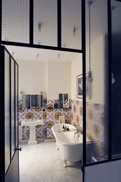 Verrière de salle de bains en acier peint et verre feuilleté effet armé.
