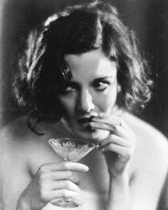 Így alkoholizáltak régen a nők – fotók - Nők Lapja Café