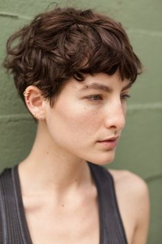 fine-faces: Heather Kemesky – Beautifully Androgynous - All For New Hairstyles Short Curly Hair, Short Hair Cuts, Curly Hair Styles, Shaggy Pixie Cuts, Short Wavy Pixie, Wavy Hair, Pixie Hairstyles, Pixie Haircut, Cool Hairstyles
