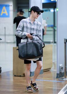 ภาพที่ถูกฝังไว้ Boy Fashion, Korean Fashion, Mens Fashion, Chanyeol, Kim Joon Myeon, Airport Style, Airport Fashion, Kim Minseok, Xiu Min