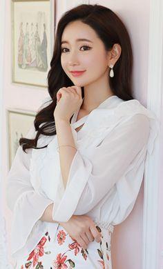 StyleOnme_ Chiffon Sleeve Ribbon Tie Frill Blouse #ivory #ribbon #frill #blouse #feminine #koreanfashion #kstyle #kfashion #springtrend #seoul #dailylook Korean Blouse, Korean Fashion Dress, Fashion Dresses, Frill Blouse, Sexy Blouse, Beautiful Girl Photo, Spring Trends, Korean Women, Classic Outfits