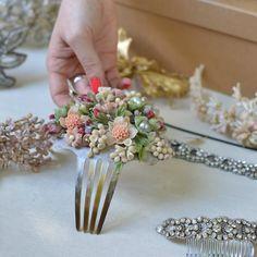 Tocado floral hecho a mano en porcelana fría para novias o invitadas - Handmade floral headpiece for brides or other occasions