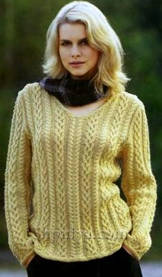 Желтый пуловер с косичками, вязаный спицами