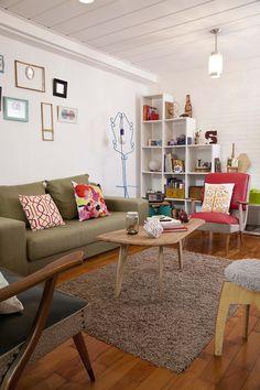 Alma Singer. Living, mix de muebles..y nuestra banqueta ISI..una de las primeras versiones.. :)