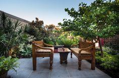 De juiste houten meubels kunnen de tropische sfeer in uw tuin afmaken.
