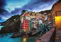 Riomaggiore (Italia) Es el pueblo más oriental de los cinco que conforman la región de Cinque Terre, bañados por el mar de Liguria. Todos ellos caen como en terrazas, y las casas son de muchos colores, lo que le dan un aire más pintoresco.