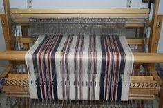 Cercle de Fermières St-Lambert-de-Lauzon: tissage :patron linge à vaisselle technique sergé Weaving Designs, Weaving Projects, Weaving Patterns, Loom Weaving, Hand Weaving, Drops Design, Tea Towels, Diy And Crafts, Inspiration
