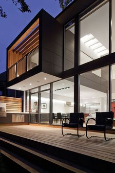 House on the Bluffs by Taylor Smyth Architects // ウッドデッキ