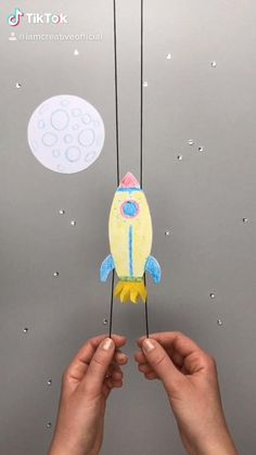 Space Crafts For Kids, Hand Crafts For Kids, Space Preschool, Diy Crafts To Do, Craft Activities For Kids, Preschool Crafts, Diy For Kids, Solar System Crafts, School Murals