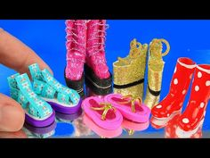 How to make 10 miniature shoes and boots and point shoes. DIY miniature shoes and sandals DIY tutorial of how to make miniature shoes, sandals, boots and sne. Barbie Dolls Diy, Diy Barbie Clothes, Barbie Shoes, Barbie Clothes Patterns, Doll Shoes, Diy Doll, Barbie Barbie, Hand Crafts For Kids, Accessoires Barbie