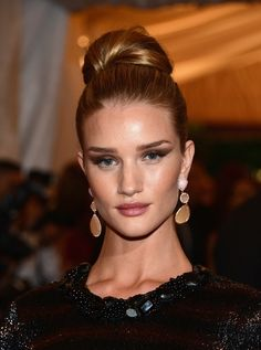 Met Ball: Rosie Huntington-Whiteley proves that a top knot bun and dramatic eyes make for a chic and sophisticated look! Bun Updo, Rosie Huntington Whiteley, Rosie Whiteley, My Hairstyle, Weave Hairstyles, Hairdos, Top Knot, Homecoming Hairstyles, Wedding Hairstyles