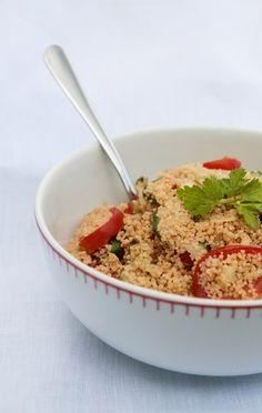 Taboulé 2 hrnky celozrnného kuskusu, 1 citrón, 5 šťavnatých rajčat, 1 malá okurka, 1 červená paprika, 2 šalotky, 4-6 lístků máty, 1 stroužek česneku, 5 polévkových lžic olivového oleje, bylinná sůl, černý pepř-čerstvě pomletý Kuskus (nevařený) smíchejte s citrónovou šťávou. Nakrájenou zeleninu, utřený česnek a nasekanou mátu smíchejte s kuskusem. Přidejte lístečky máty nakrájené na jemno s utřeným česnekem. Vmíchejte olivový olej, bylinnou sůl a pepř a nechejte 4-5 hodin stát v chladu…