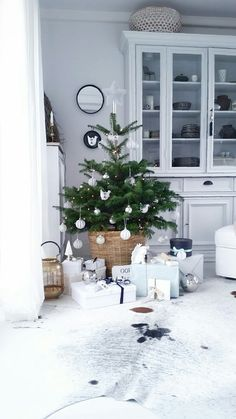 25 Cool Small Christmas Tree Decor Ideas - Happy Christmas - Noel 2020 ideas-Happy New Year-Christmas Scandinavian Christmas Trees, Large Christmas Tree, Alternative Christmas Tree, Nordic Christmas, Noel Christmas, Simple Christmas, Christmas Tree Decorations, Xmas, White Christmas