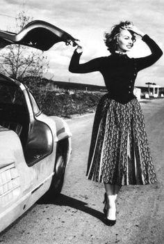 Sophia Loren needs help with her Mercedes-Benz 300 SL Coupé!  S)
