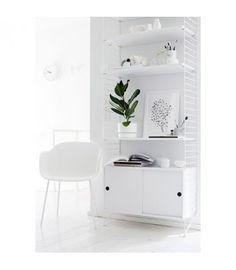 Estantería STRING de 1 módulo con estantes y cabinet de puertas en blanco. Una combinación versátil e intemporal de la que no te cansarás nunca.