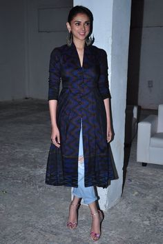 aditi roy hydari kurti with jeans Casual Indian Fashion, Indian Fashion Trends, Indian Designer Outfits, India Fashion, Pakistani Dresses, Indian Dresses, Indian Outfits, Lehenga, Anarkali
