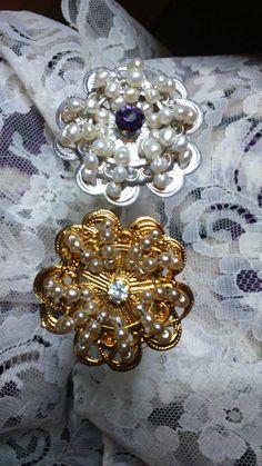 Dos agujas del mismo aderezo de fallera, el dorado original, el plateado restaurado con baño, perlas cultivadas y cristal swarovski,color berenjena.