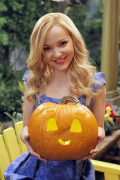 Disney Channel Stars Share Their Halloween Pumpkins! Dove Cameron who plays a main character on Liv Maddie, took a cute approach to the typical Halloween face by adding bigger eyes and an adorable little mouth. Disney Channel Stars, Disney Stars, Disney Channel Original, Cameron Boyce, Dave Cameron, The Descendants, London Tipton, High School Musical, Lilly Singh