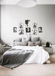 Szara sypialnia z galerią zdjęć nad łóżkiem