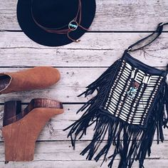 ☆ Black fringes ☆  New babe @bohobags_com ❤ Bonne soirée  . Good evening  . #fashion #fashionblog #fashionblogger #boho #bohemian #gypsy #ethnic #hippie #littlebohoblog #gypset #wanderlust #folk #wanderfolk #style #styleblogger #outfit #ootd #black #camel #heels #heelsaddict #bag #fringes #hat