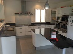 Silestone grey expo leather paired with ann sacks metro - Plan de travail cuisine marbre ...