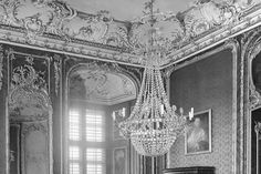 Historische Fotografie der Nordwestecke des Roten Zimmers mit Stuck, Spiegel und Leuchter von Schloss Bruchsal vor der Zerstörung
