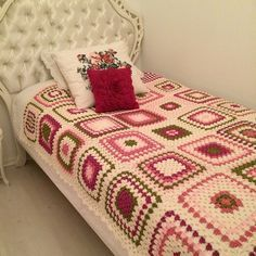The crochet quilt is an alternative to make the room much more charming and cozy. Crochet Bedspread, Crochet Quilt, Crochet Blocks, Crochet Home, Crochet Motif, Crochet Doilies, Crochet Granny Square Afghan, Crochet Squares, Granny Squares