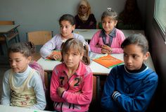 Alcune bambine siriane nella loro classe, in una scuola in Libano. La scuola ha organizzato delle specifiche lezioni pomeridiane per permettere anche ai nuovi arrivati siriani di frequentare le lezioni.  UNHCR / G. Beals