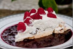 Boccone Dolce - light airy meringue cake topped with chocolate drizzle, Chantilly Cream & Berries. Köstliche Desserts, Best Dessert Recipes, Sweets Recipes, Delicious Desserts, Cake Recipes, Pavlova, Russian Cakes, Meringue Cake, Italian Cake