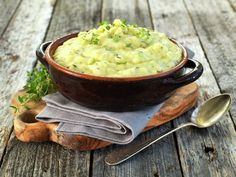 MANDELPOTETMOS MED TIMIAN Cheeseburger Chowder, Guacamole, Risotto, Sweet Potato, Side Dishes, Food And Drink, Soup, Potatoes, Baking