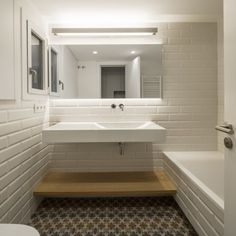 piso-barcelona-nook-architects bathroom with typical piece of metro underground wall cover. Nook Architects, Interior Architecture, Interior And Exterior, Bath Design, Apartment Interior, Bathroom Interior Design, Minimalist Home, Interiores Design, Decoration